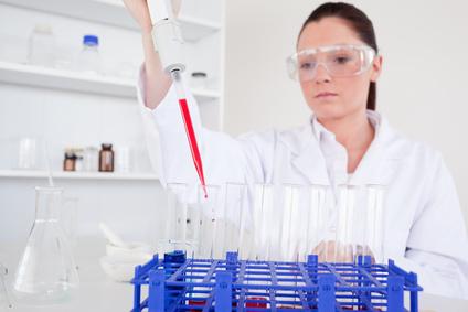 Der Hämatologe untersucht die Bestandteile des Blutes