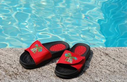 Dermatologen empfehlen in Schwimmbädern, Hotelzimmern und Sportstätten Badelatschen zu tragen