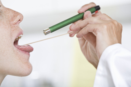 ЛОР-врач проводит осмотр пациента при подозрении на ларингит