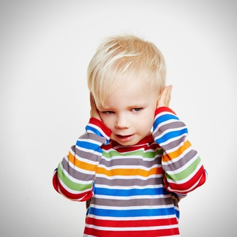 HNO-Arzt diagnostiziert Mittelohrentzündung bei Kindern