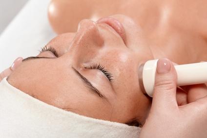 Die Behandlung durch den Dermatologen dauert 20 bis 45 Minuten