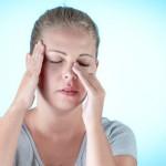 Sinusitis macht sich bemerkbar durch eine verstopfte Nase, Druckgefühl im Kopf, Fieber