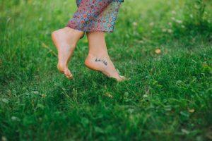 Barfuß laufen stärkt den Fuß und die Zehen
