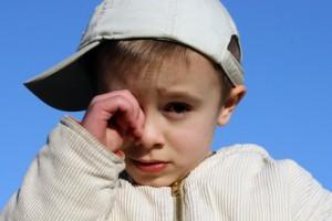 Дети часто терут глаза грязными руками, тем самым способствую развитию конъюнктивита