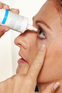 В зависимости от причины возникновения конъюнктивита врач окулист выписывает соответствующие глазные капли.