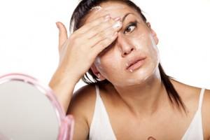 Следует основательно промывать область вокруг глаз и тщательно удалять с неё макияж и загрязнения