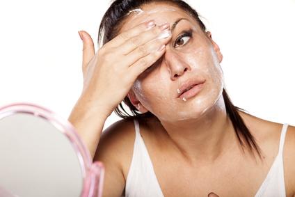 Die Augenpartie sollte gut gewaschen und Augenmake-up gründlich entfernt werden
