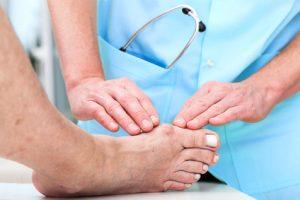 Der Orthopäde untersucht Ihren Fuß