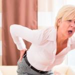 Внезапно возникающие колющие и продолжительные боли в нижней области позвоночника в просторечьи называют поясничным прострелом