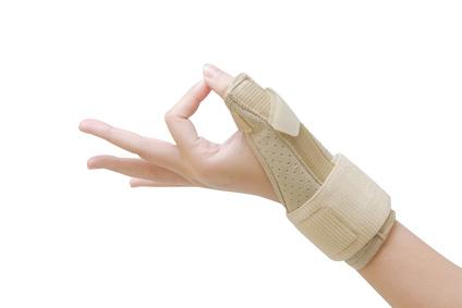 Bei leichten bis mittleren Beschwerden verschreibt der Orthopäde eine Schiene