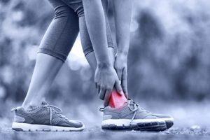 Beim Laufen und Springen kann der Knöchel umknicken und brechen