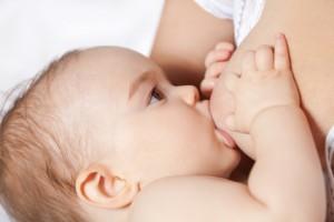 Der Gynäkologe empfiehlt, das Baby häufig trinken zu lassen, damit der Milchstau rasch abklingt