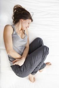 Von PMS betroffene Frauen leiden unter anderem unter Schmerzen, Übelkeit, Abgeschlagenheit