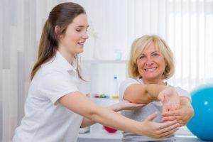 Mit Dehnübungen kann die verkürzte und verkrampfte Muskulatur gelockert werden