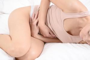 Beim akuten Abdomen leidet der Patient stark unter plötzlich auftretenden Bauchschmerzen